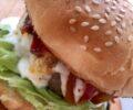 Hamburger con peperoni in agrodolce e fonduta di pecorino