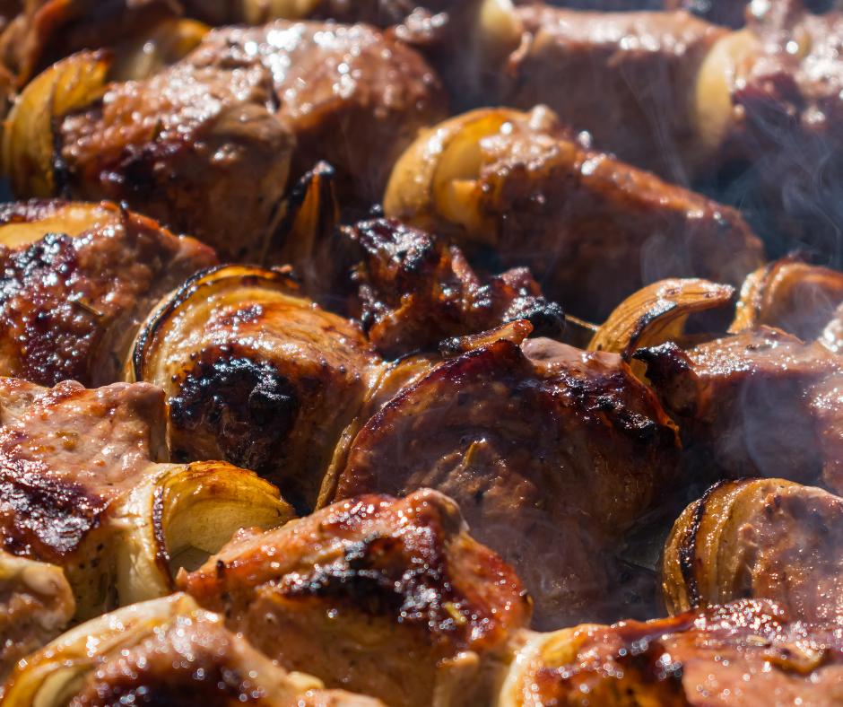 Agnello al forno con patate e cipolle